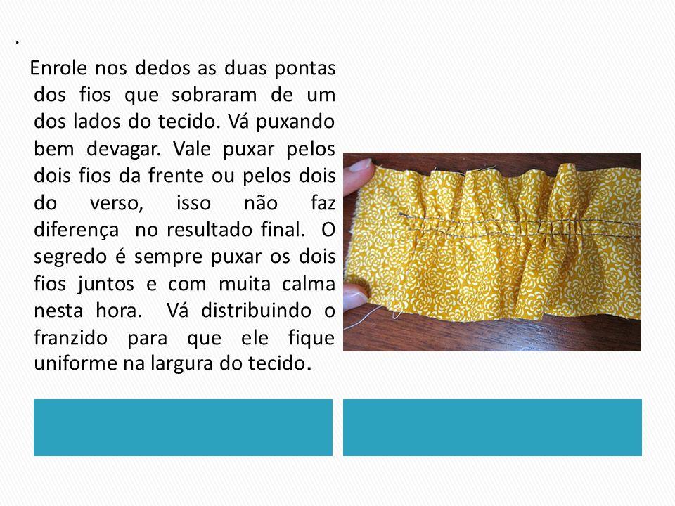 Enrole nos dedos as duas pontas dos fios que sobraram de um dos lados do tecido.