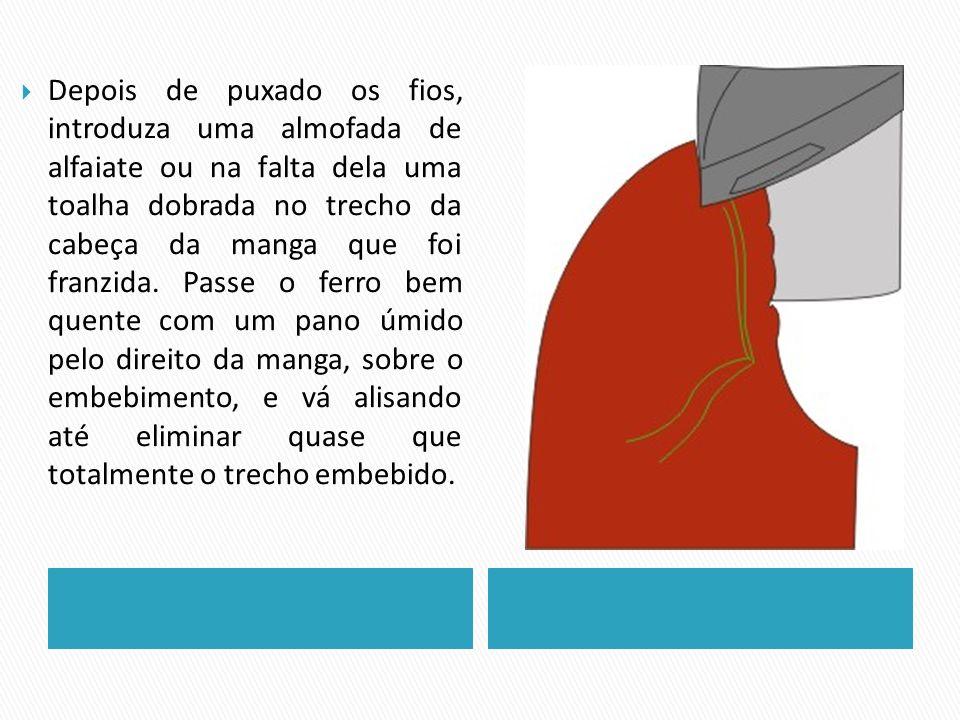Depois de puxado os fios, introduza uma almofada de alfaiate ou na falta dela uma toalha dobrada no trecho da cabeça da manga que foi franzida. Passe