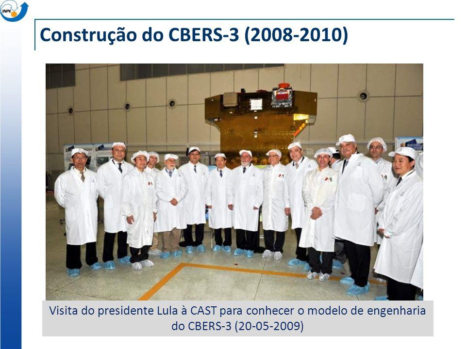 Construção do CBERS-3 (2008-2010) Visita do presidente Lula à CAST para conhecer o modelo de engenharia do CBERS-3 (20-05-2009)