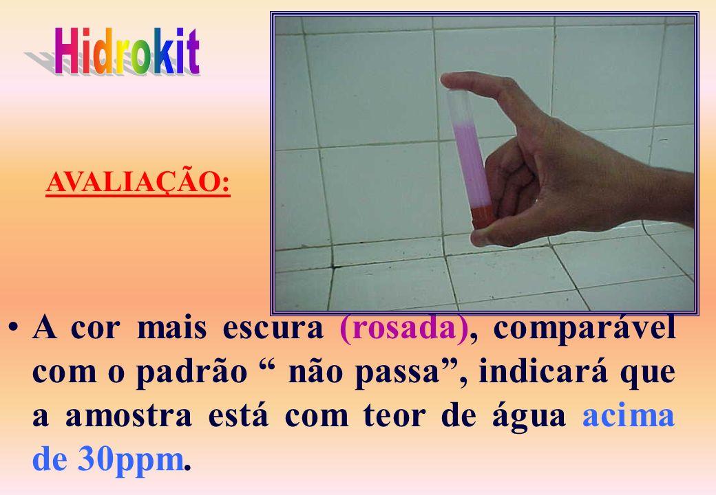A cor do pó, após ao ensaio deve ser branco; Após o ensaio a não alteração da cor indicará que o produto está livre de água; A cor rosa pálido, compar