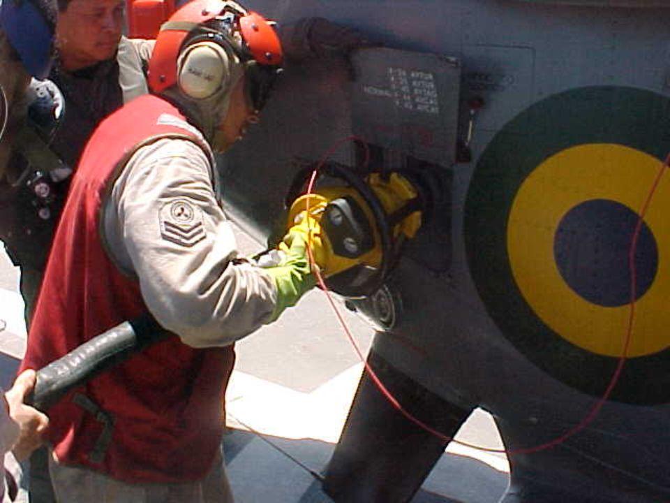 - O helicóptero faz aproximação por BB, o fiel solicita através de sinal convencional SOLICITO REABASTECER;