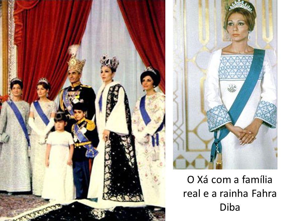 O Xá com a família real e a rainha Fahra Diba