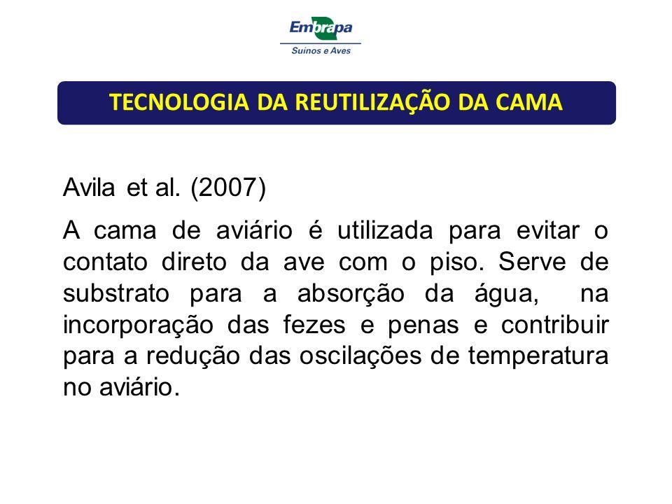 Avila et al. (2007) A cama de aviário é utilizada para evitar o contato direto da ave com o piso. Serve de substrato para a absorção da água, na incor