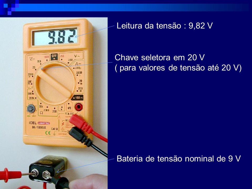 Leitura da tensão : 9,82 V Chave seletora em 20 V ( para valores de tensão até 20 V) Bateria de tensão nominal de 9 V