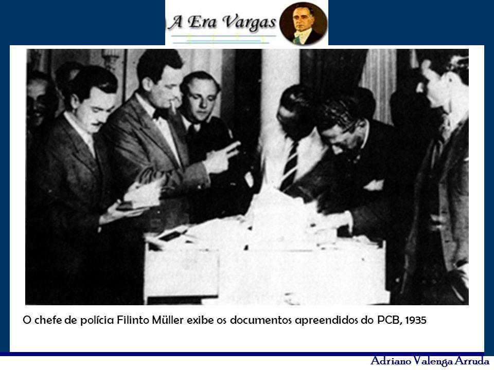 Adriano Valenga Arruda O chefe de polícia Filinto Müller exibe os documentos apreendidos do PCB, 1935