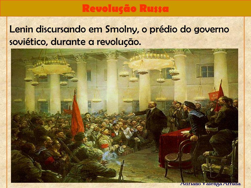 Revolução Russa Adriano Valenga Arruda Lenin discursando em Smolny, o prédio do governo soviético, durante a revolução.