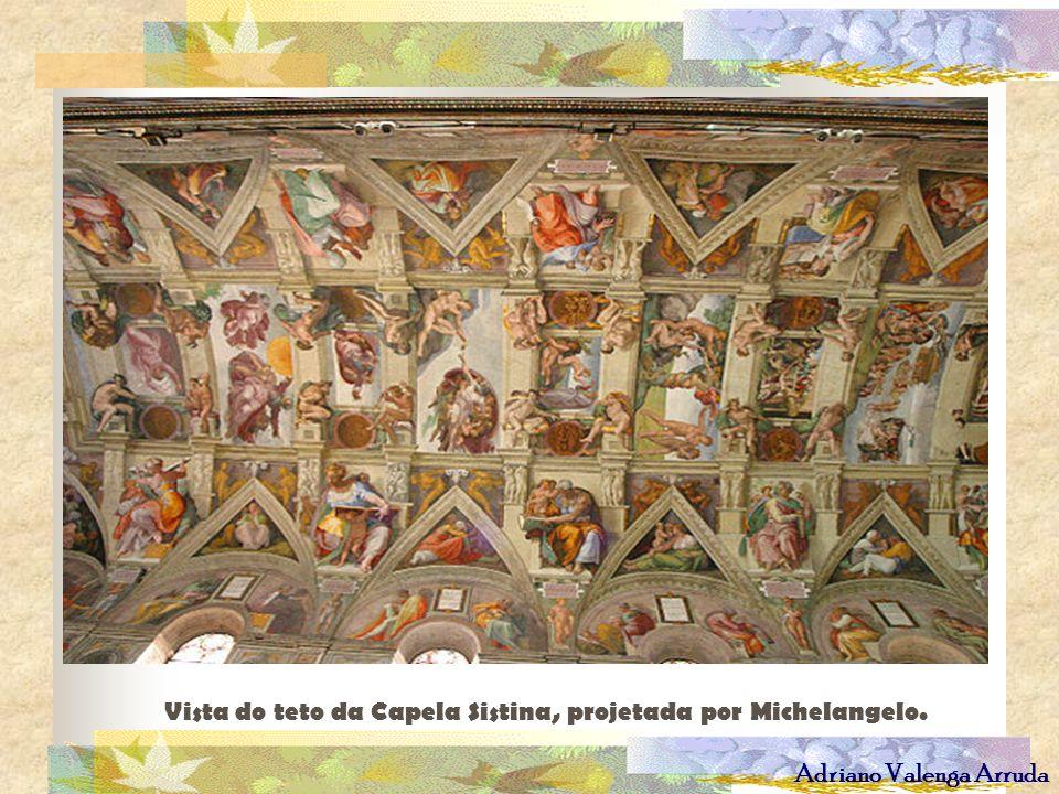 Vista do teto da Capela Sistina, projetada por Michelangelo.