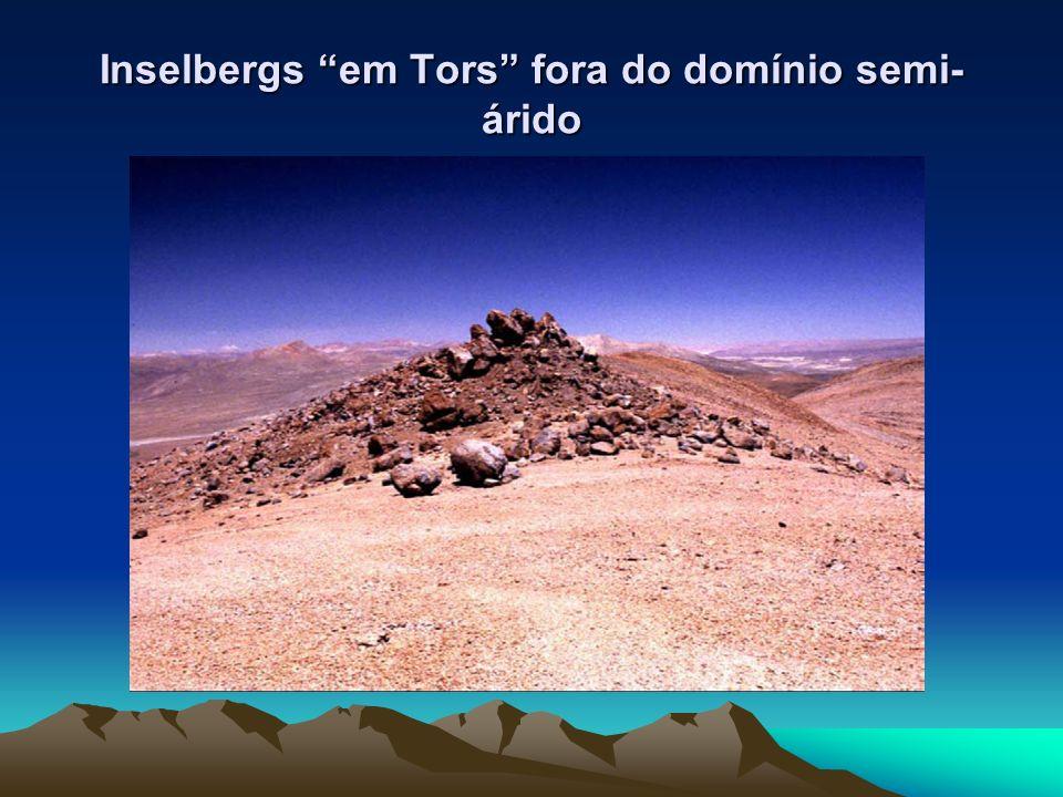 Inselbergs em Tors fora do domínio semi- árido