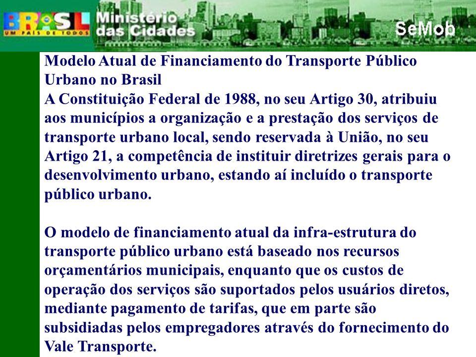 Modelo Atual de Financiamento do Transporte Público Urbano no Brasil A Constituição Federal de 1988, no seu Artigo 30, atribuiu aos municípios a organização e a prestação dos serviços de transporte urbano local, sendo reservada à União, no seu Artigo 21, a competência de instituir diretrizes gerais para o desenvolvimento urbano, estando aí incluído o transporte público urbano.