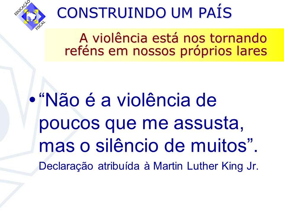CONSTRUINDO UM PAÍS CONSTRUINDO UM PAÍS A violência está nos tornando reféns em nossos próprios lares Não é a violência de poucos que me assusta, mas