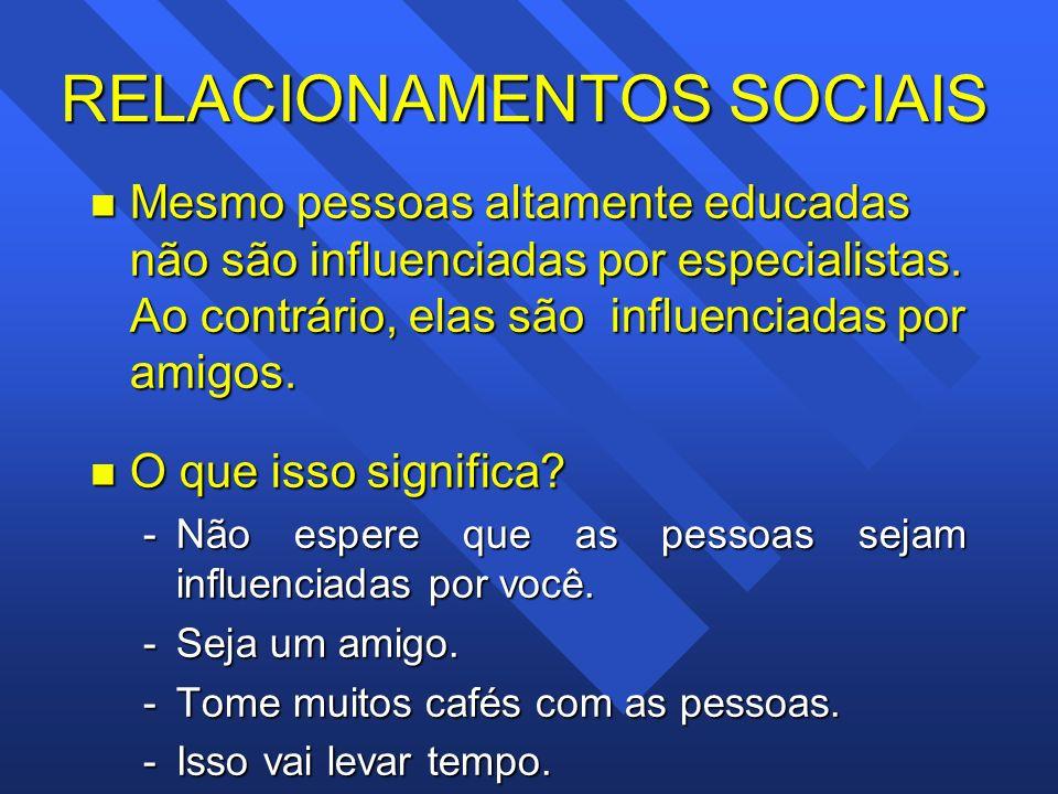 RELACIONAMENTOS SOCIAIS n Mesmo pessoas altamente educadas não são influenciadas por especialistas. Ao contrário, elas são influenciadas por amigos. n