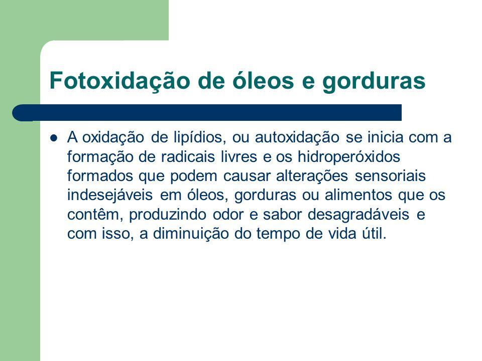 Fotoxidação de óleos e gorduras A oxidação de lipídios, ou autoxidação se inicia com a formação de radicais livres e os hidroperóxidos formados que po