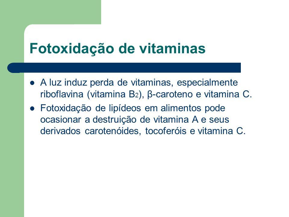 A luz induz perda de vitaminas, especialmente riboflavina (vitamina B 2 ), β-caroteno e vitamina C. Fotoxidação de lipídeos em alimentos pode ocasiona