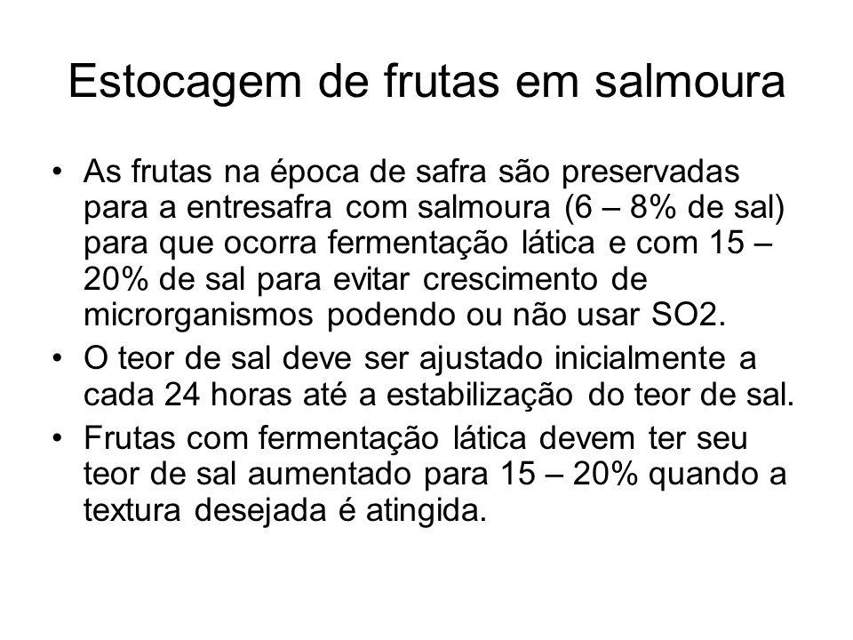 Estocagem de frutas em salmoura As frutas na época de safra são preservadas para a entresafra com salmoura (6 – 8% de sal) para que ocorra fermentação