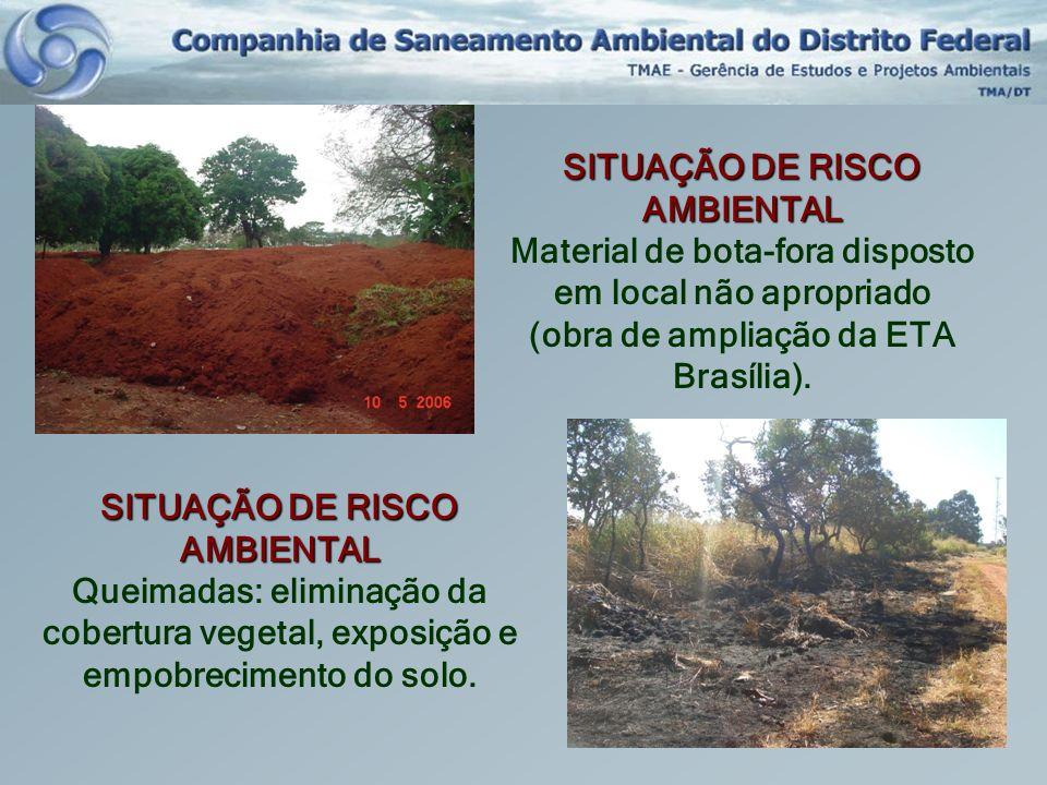 SITUAÇÃO DE RISCO AMBIENTAL Material de bota-fora disposto em local não apropriado (obra de ampliação da ETA Brasília). SITUAÇÃO DE RISCO AMBIENTAL Qu