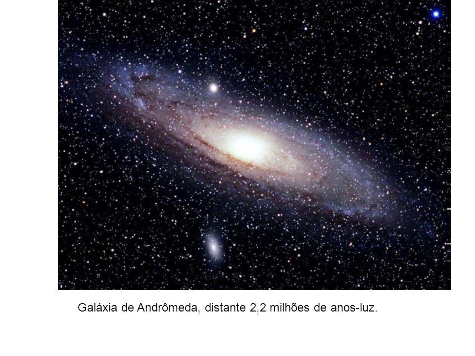 Galáxia de Andrômeda, distante 2,2 milhões de anos-luz.