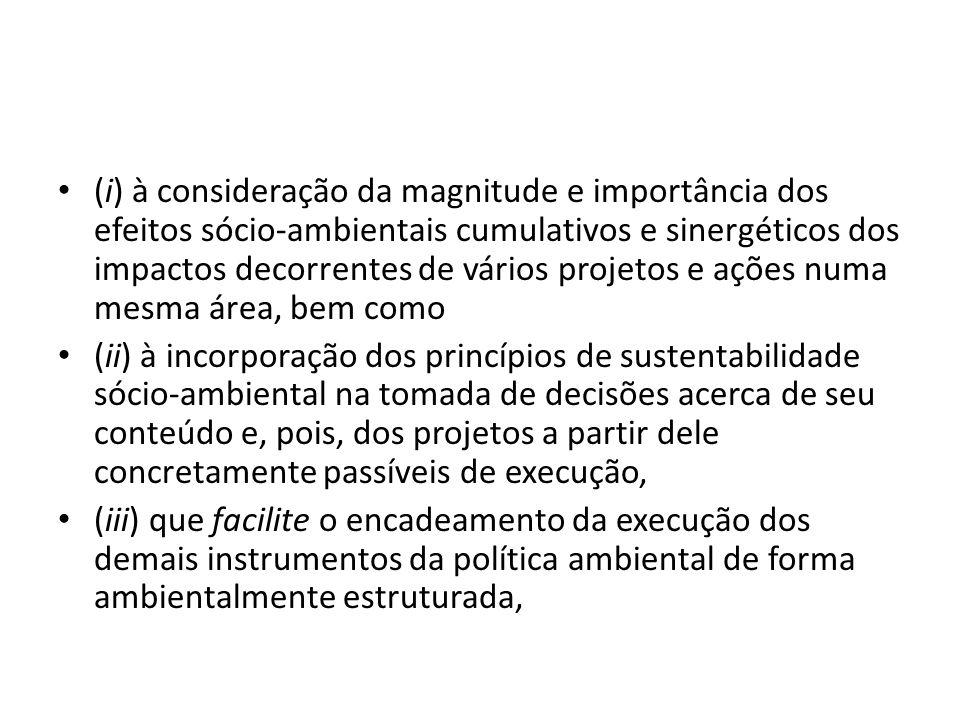 (i) à consideração da magnitude e importância dos efeitos sócio-ambientais cumulativos e sinergéticos dos impactos decorrentes de vários projetos e aç