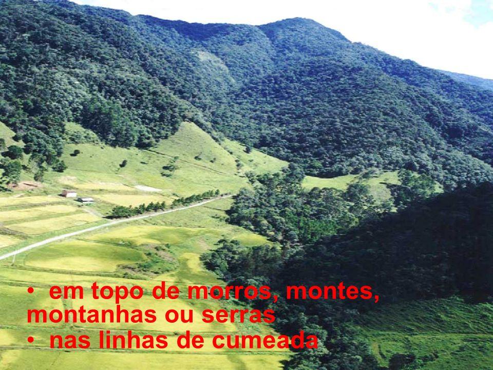 em topo de morros, montes, montanhas ou serras nas linhas de cumeada