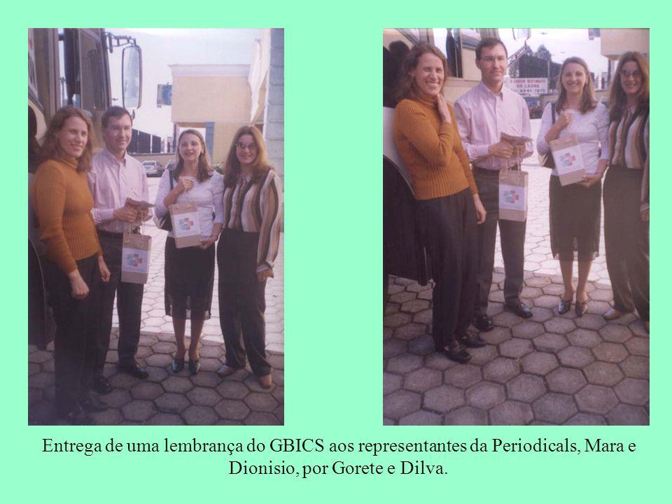 Entrega de uma lembrança do GBICS aos representantes da Periodicals, Mara e Dionisio, por Gorete e Dilva.
