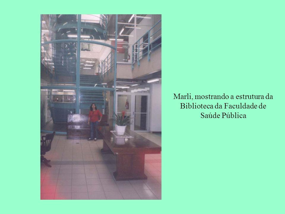 Marli, mostrando a estrutura da Biblioteca da Faculdade de Saúde Pública