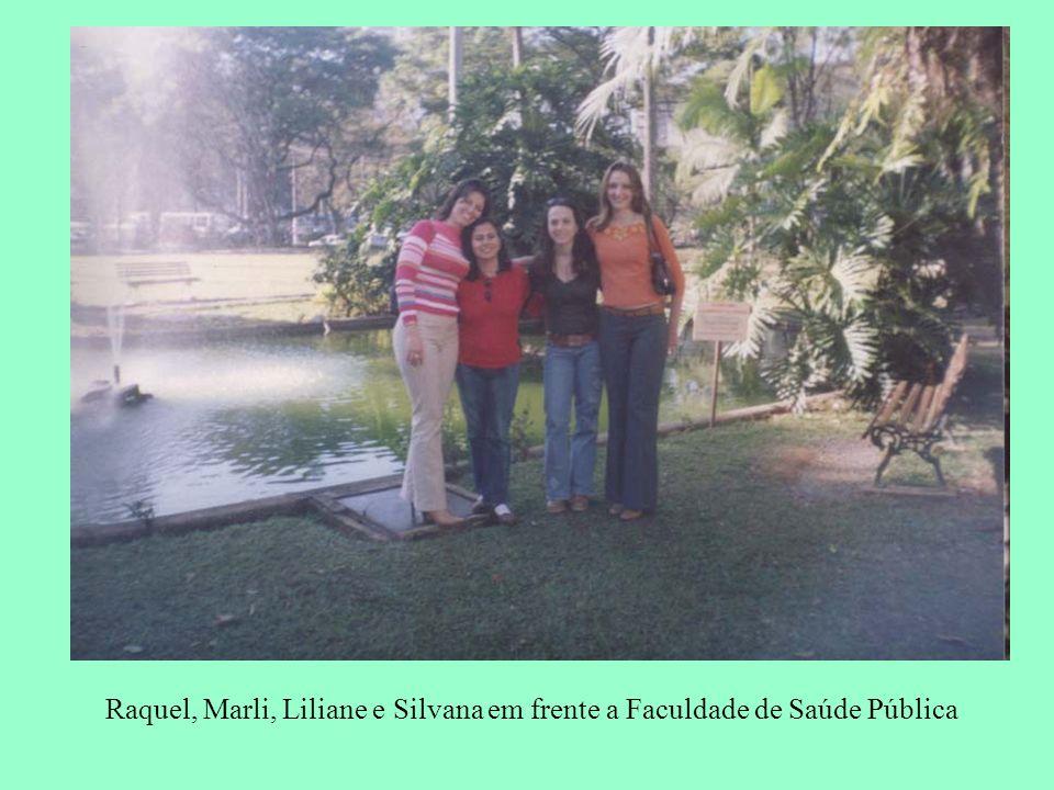 Raquel, Marli, Liliane e Silvana em frente a Faculdade de Saúde Pública