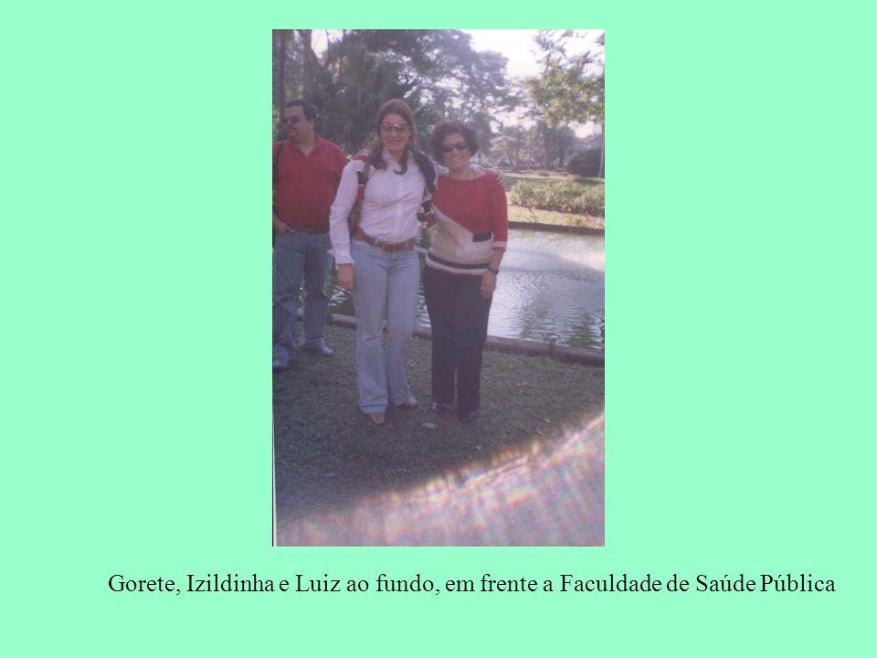 Gorete, Izildinha e Luiz ao fundo, em frente a Faculdade de Saúde Pública