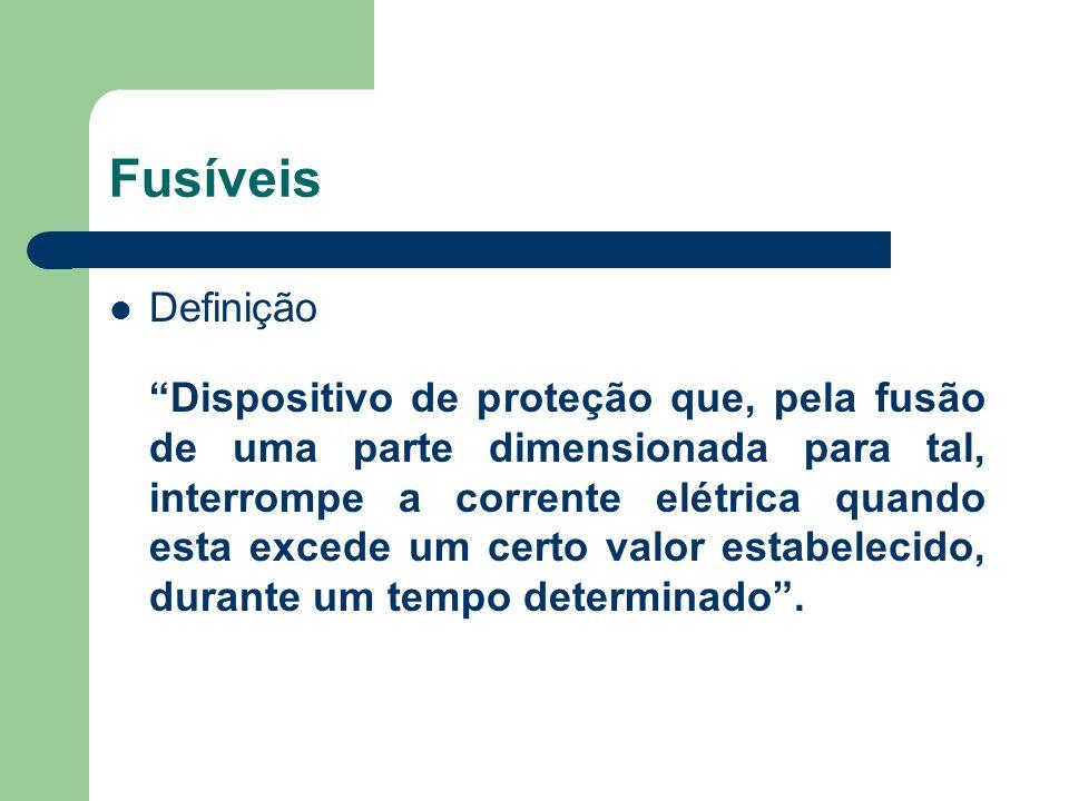 Definição Dispositivo de proteção que, pela fusão de uma parte dimensionada para tal, interrompe a corrente elétrica quando esta excede um certo valor