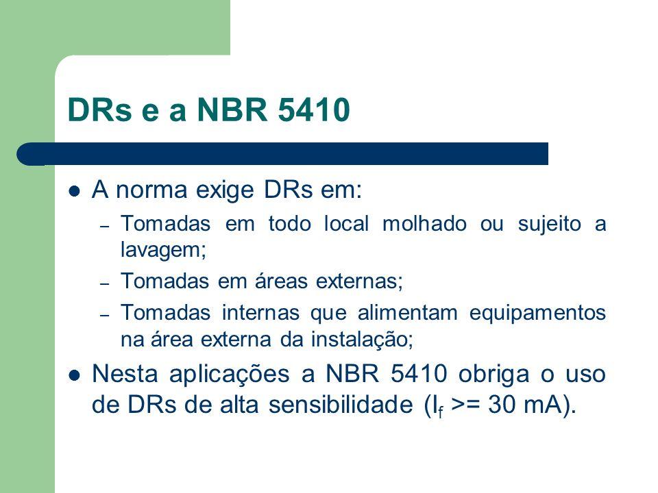 DRs e a NBR 5410 A norma exige DRs em: – Tomadas em todo local molhado ou sujeito a lavagem; – Tomadas em áreas externas; – Tomadas internas que alime