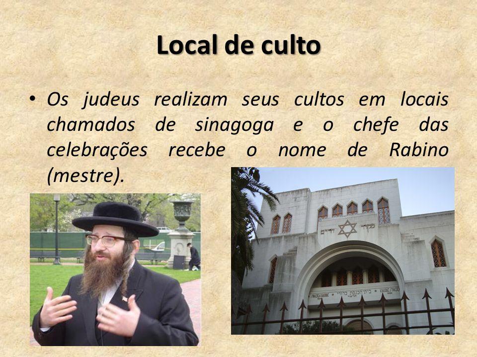 Local de culto Os judeus realizam seus cultos em locais chamados de sinagoga e o chefe das celebrações recebe o nome de Rabino (mestre).