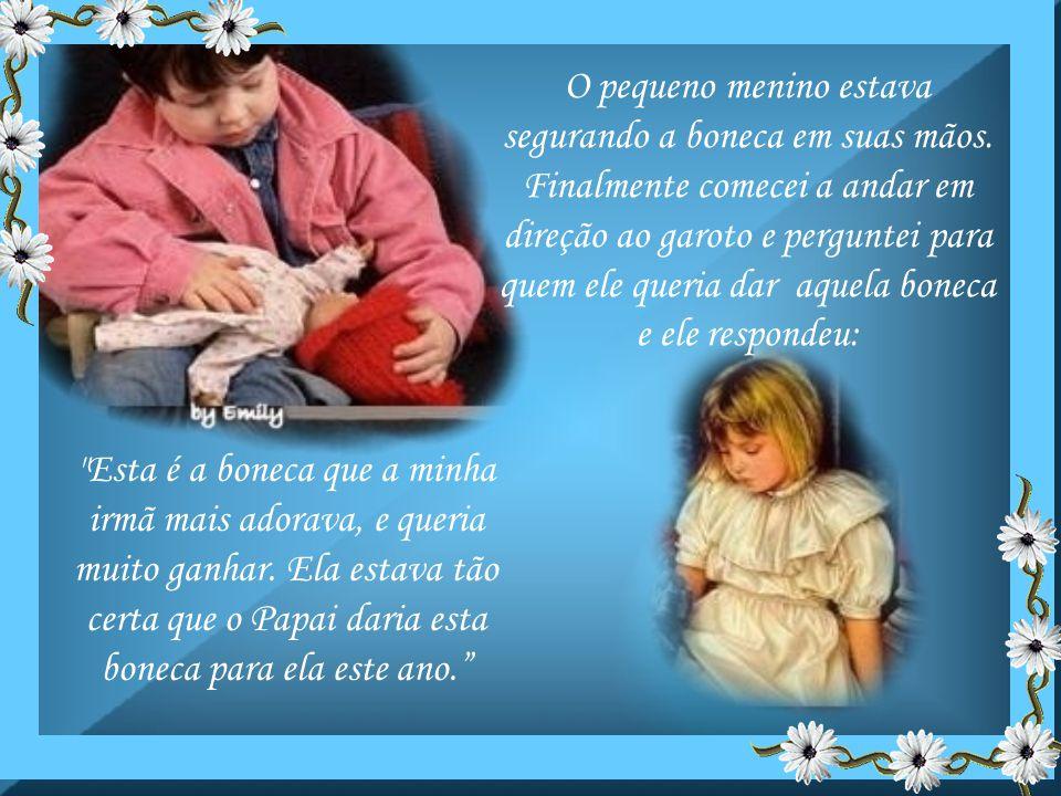 O pequeno menino estava segurando a boneca em suas mãos.