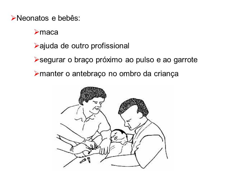  Neonatos e bebês:  maca  ajuda de outro profissional  segurar o braço próximo ao pulso e ao garrote  manter o antebraço no ombro da criança