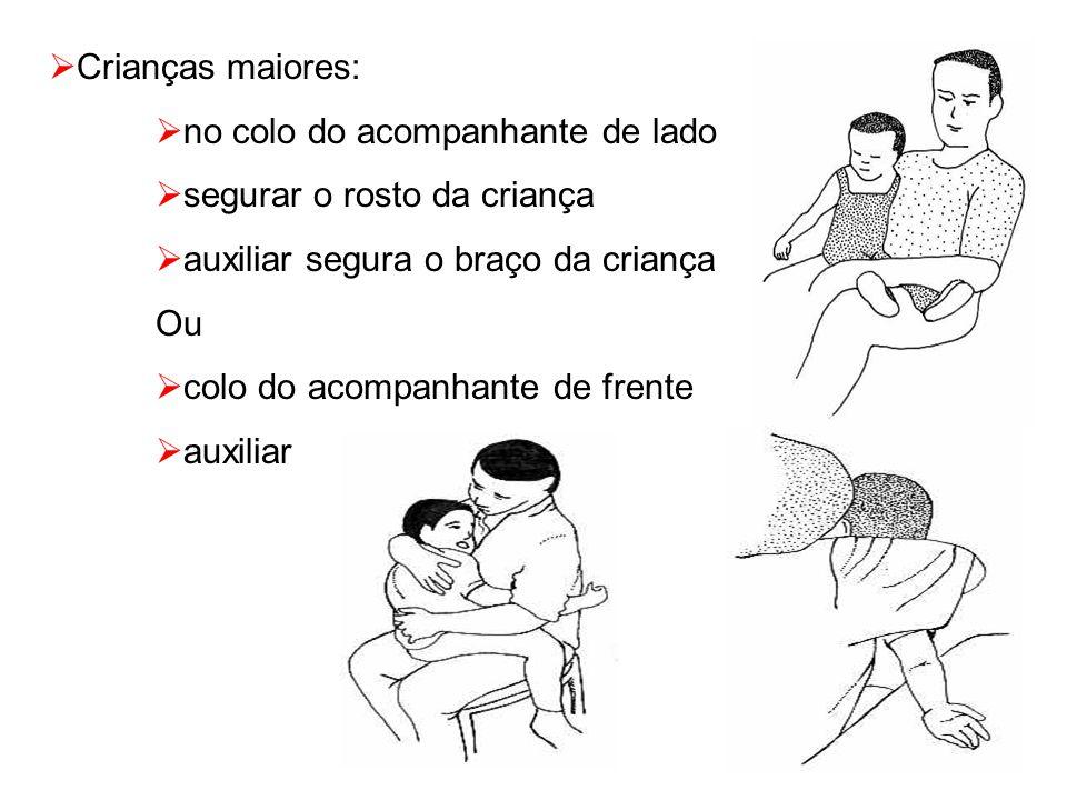  Crianças maiores:  no colo do acompanhante de lado  segurar o rosto da criança  auxiliar segura o braço da criança Ou  colo do acompanhante de frente  auxiliar