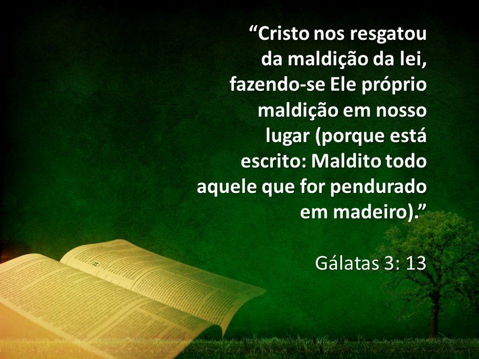 """""""Cristo nos resgatou da maldição da lei, fazendo-se Ele próprio maldição em nosso lugar (porque está escrito: Maldito todo aquele que for pendurado em"""