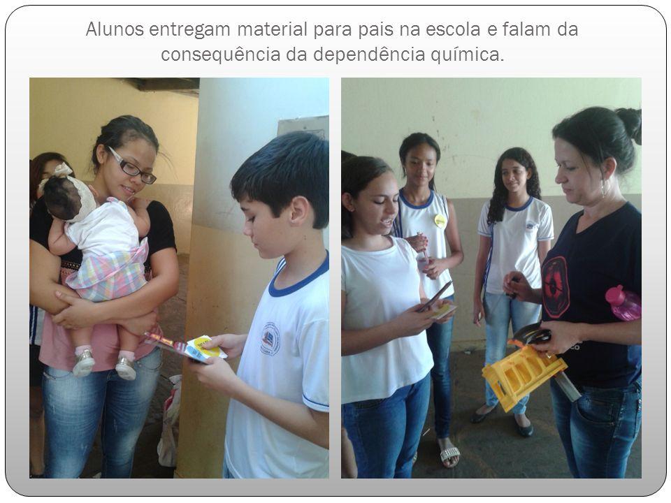 Alunos entregam material para pais na escola e falam da consequência da dependência química.