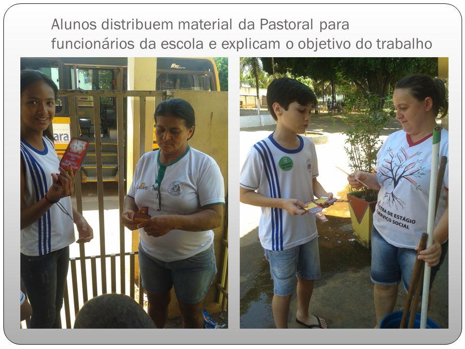 Alunos distribuem material da Pastoral para funcionários da escola e explicam o objetivo do trabalho