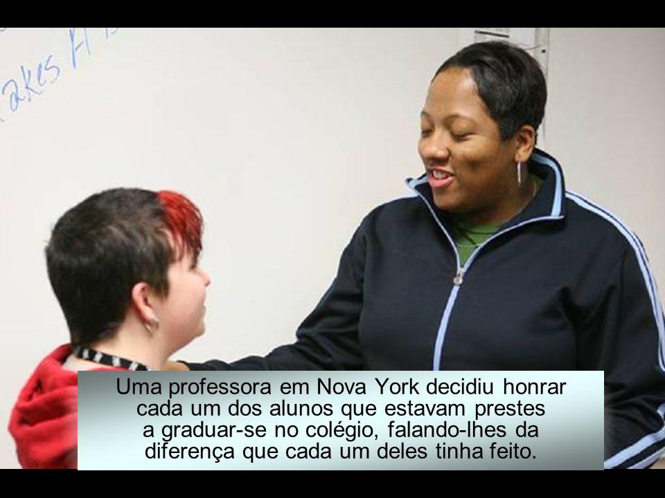 Uma professora em Nova York decidiu honrar cada um dos alunos que estavam prestes a graduar-se no colégio, falando-lhes da diferença que cada um deles tinha feito.