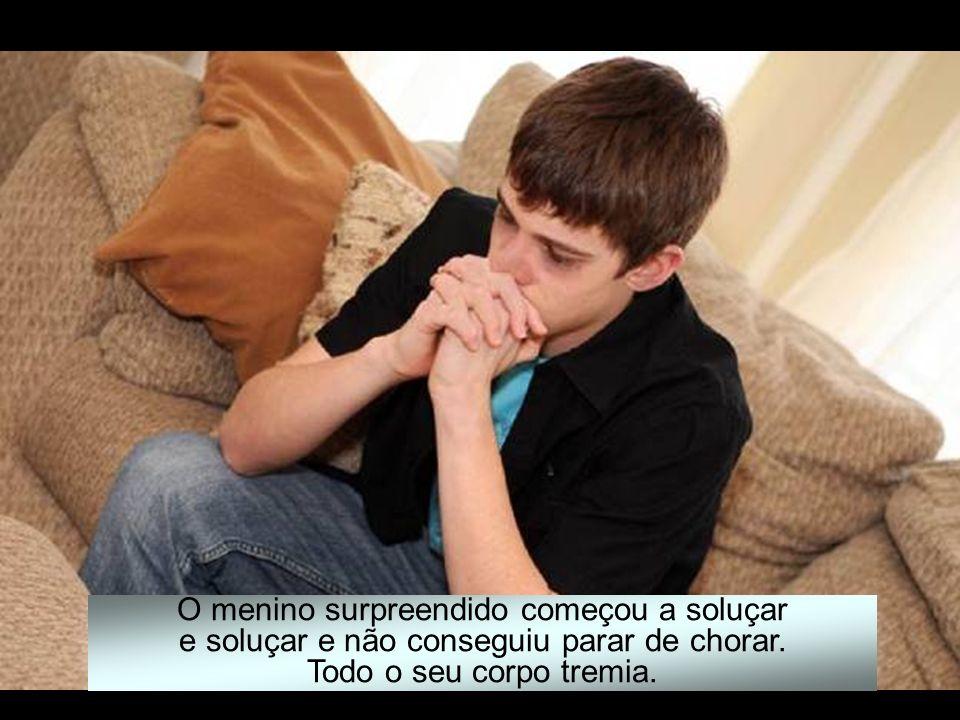 O menino surpreendido começou a soluçar e soluçar e não conseguiu parar de chorar.