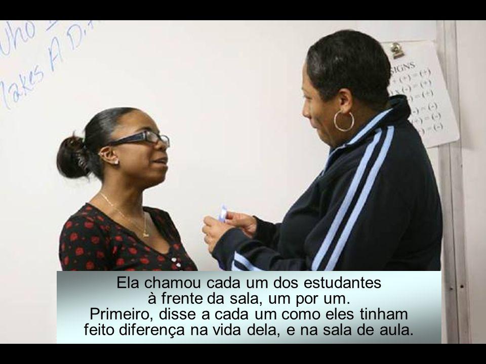 Depois ela os apresentou a cada um deles com uma fita azul, impressa com letras douradas, na qual estava escrito: Quem sou faz Diferença.
