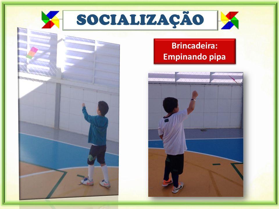 SOCIALIZAÇÃO Brincadeira: Empinando pipa Brincadeira: Empinando pipa