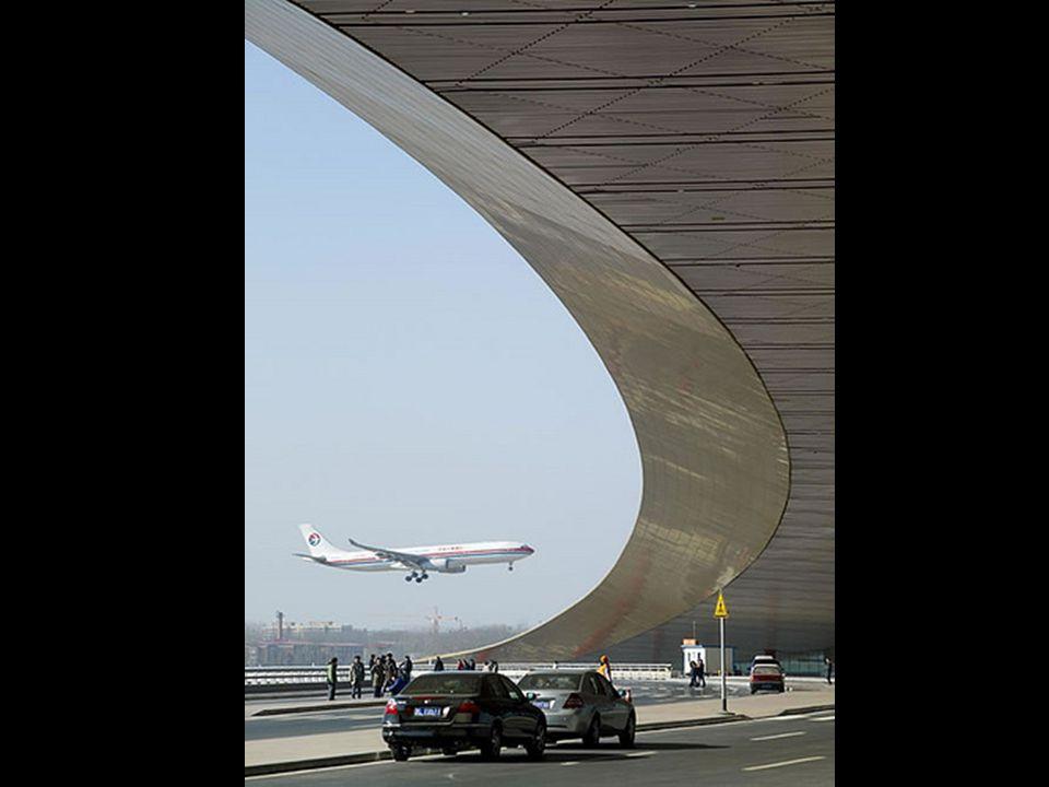 As curvas do teto causam um efeito de movimento de um dragão chinês e as clarabóias remetem a textura de sua pele. Las curvas del techo causan un efec