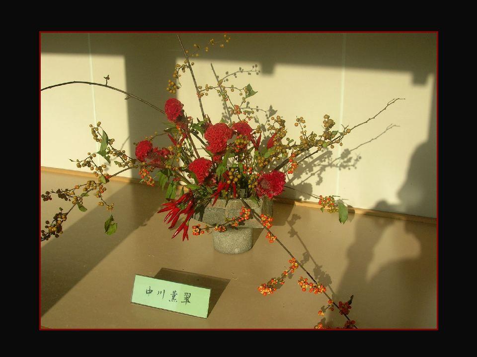 lIs ont développé un art qui valorise aussi bien le vase, les tiges, les feuilles et les branches que la fleur elle- même. Eles desenvolveram uma arte