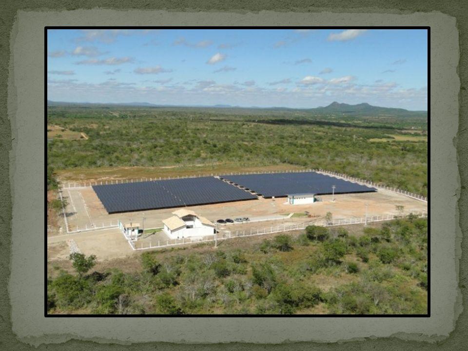 Energia solar transforma o calor emitido pelo sol e transforma em energia elétrica; Energia fotovoltaica capta os raios solares e transforma em energia elétrica.
