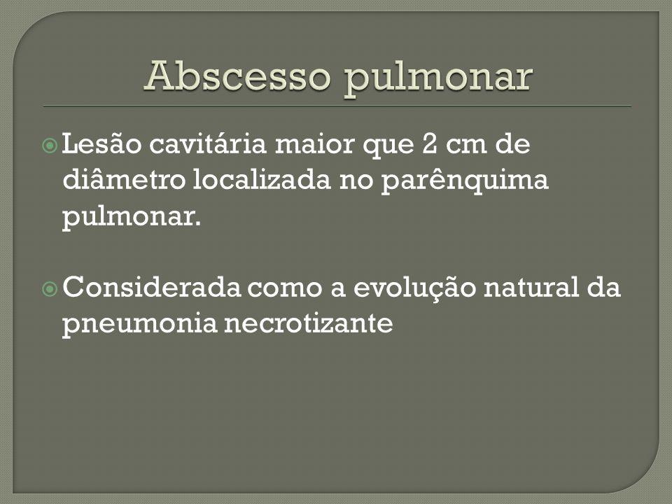 Lesão cavitária maior que 2 cm de diâmetro localizada no parênquima pulmonar. Considerada como a evolução natural da pneumonia necrotizante