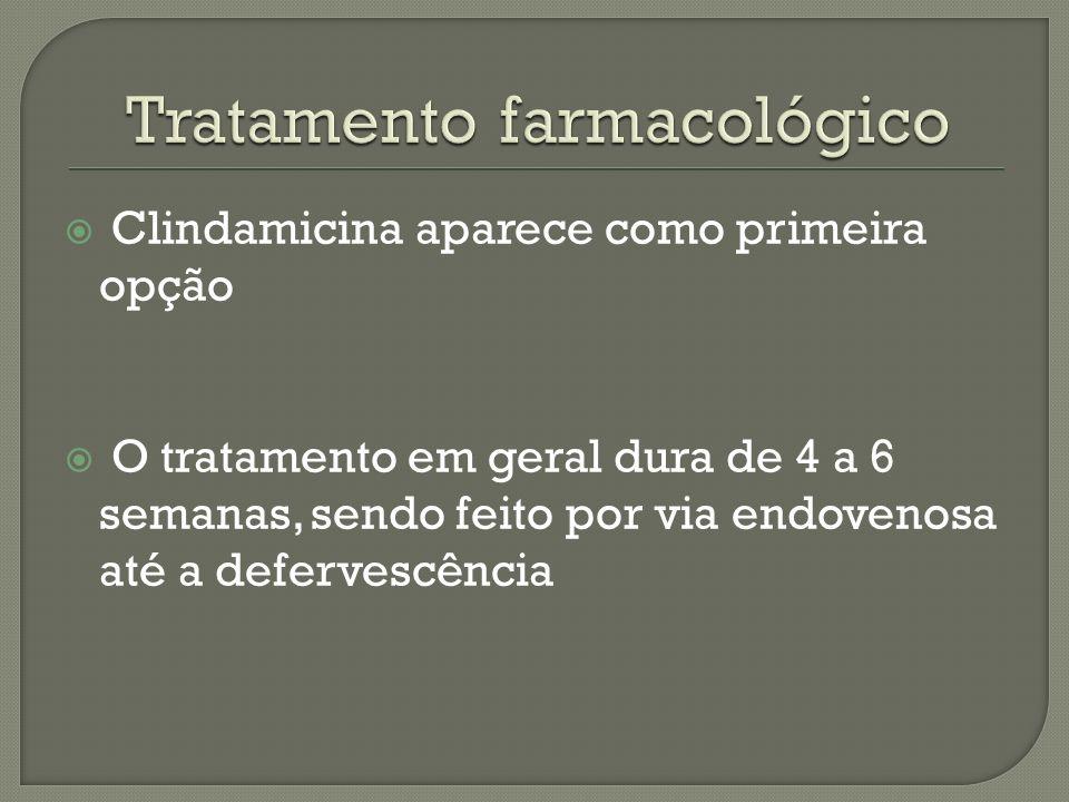 Clindamicina aparece como primeira opção O tratamento em geral dura de 4 a 6 semanas, sendo feito por via endovenosa até a defervescência