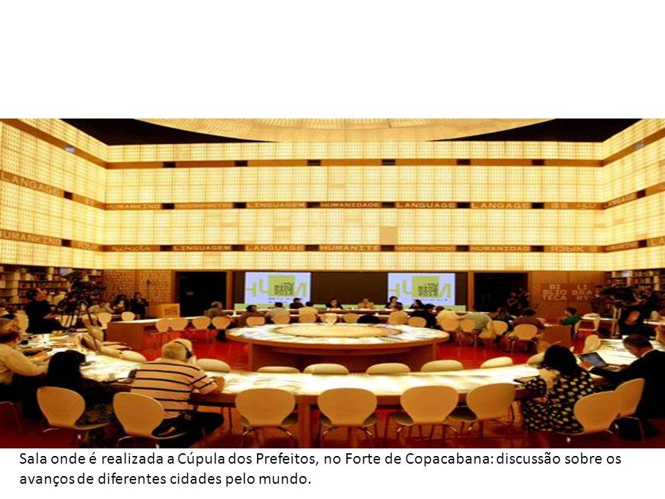 Sala onde é realizada a Cúpula dos Prefeitos, no Forte de Copacabana: discussão sobre os avanços de diferentes cidades pelo mundo. Leia mais sobr