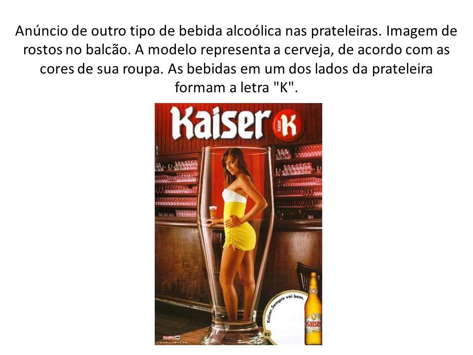 Anúncio de outro tipo de bebida alcoólica nas prateleiras. Imagem de rostos no balcão. A modelo representa a cerveja, de acordo com as cores de sua ro