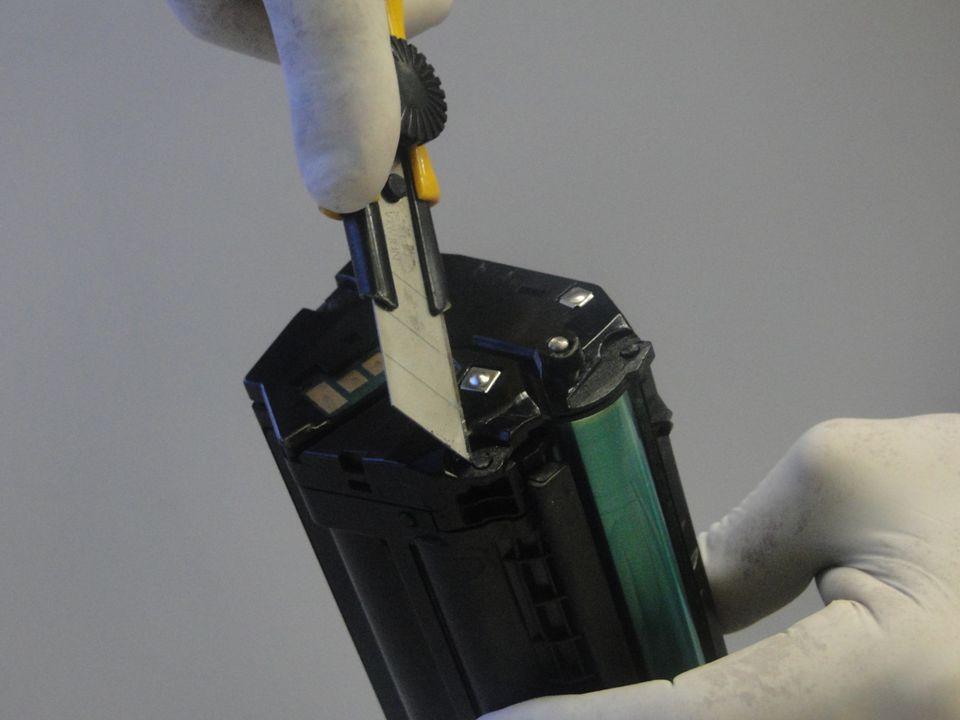 com o cartucho na bancada de trabalho corte a rebarba dos bloqueios plásticos da lateral elétrica e da caixa de engrenagens, desencaixe as laterais observando as travas
