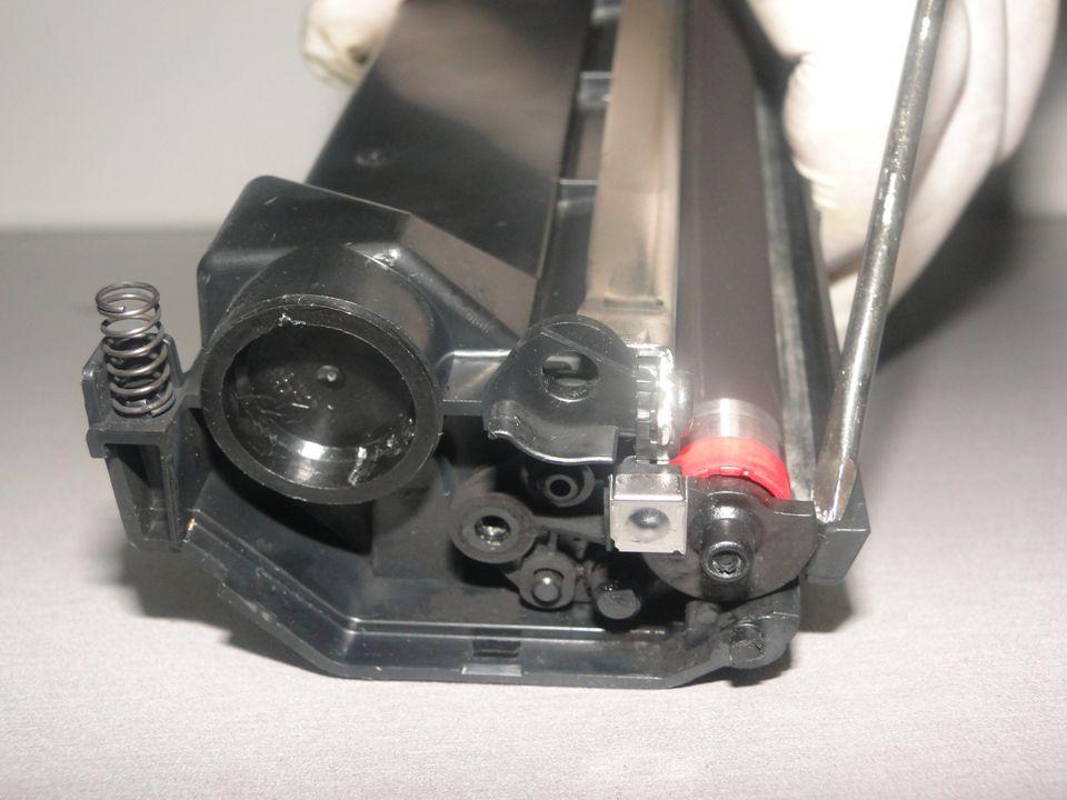 Com uma chave Philips solte o parafuso de sustentação e a trava plástica da lateral elétrica e remova-a