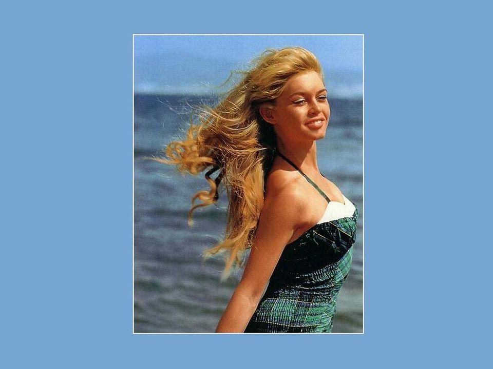 Ela foi muito precoce. Sua beleza fez rapidamente dela uma moça notada, senão notável.Ela posa pela primeira vez, com 15 anos, para o célebre magazine