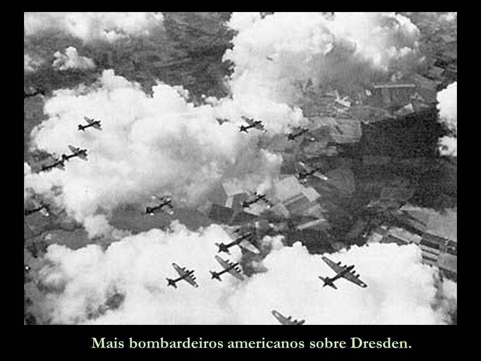 Bombardeiros B-17 americanos descarregam suas cargas mortais.